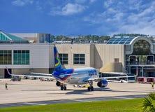 Взгляд самолета от авиакомпаний NK духа на воротах в международном аэропорте MCO 5 Орландо стоковое изображение