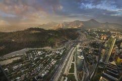Взгляд Сантьяго de Чили с горной цепью Лос Анд в задней части Стоковые Фотографии RF