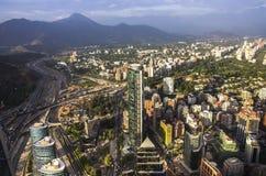 Взгляд Сантьяго de Чили с горной цепью Лос Анд в задней части Стоковые Изображения