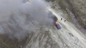 Взгляд сверху автомобиля быть положенные горящими с большим пламенем в дезертированном поле пыли видеоматериал
