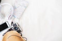 Взгляд сверху аксессуаров путешествует камера, шляпа, наушники, карта на стоковая фотография rf