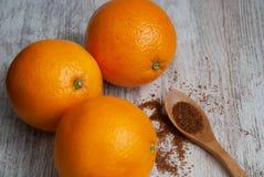 Взгляд сверху 3 апельсинов на белой деревянной предпосылке стоковая фотография rf