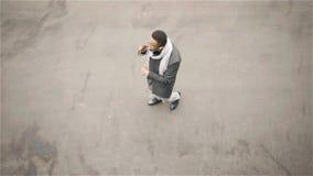 Взгляд сверху Афро-американских танцев человека в улице осени сток-видео