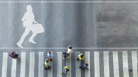 Взгляд сверху белого символа с бизнесменом бежит с портфелем o Стоковые Изображения