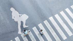 Взгляд сверху белого символа с бизнесменом бежит с портфелем o Стоковые Фото