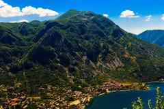 Взгляд сверху береговой линии залива Boka-Kotor, Черногории стоковые изображения