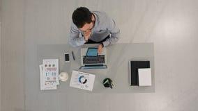 Взгляд сверху бизнесмена используя цифровую таблетку экрана касания и работы на столе офиса Стоковая Фотография RF