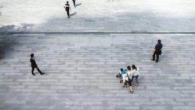 Взгляд сверху бизнесмена и мать с ребенком идут Стоковые Изображения RF