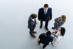 Взгляд сверху бизнесменов, деловой встречи и сыгранности стоковое фото