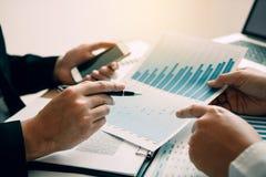 Взгляд сверху бизнесменов обсуждая с коллегами с предпринимателями планирует финансы в комнате офиса стоковые изображения