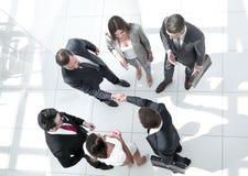 Взгляд сверху Бизнесмены рукопожатия стоковое фото rf