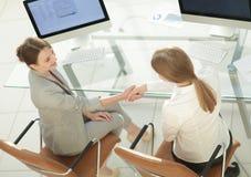 взгляд сверху бизнес-леди трясет руки при офицер сидя около настольного компьютера Стоковое Изображение