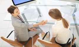 взгляд сверху бизнес-леди трясет руки при офицер сидя около настольного компьютера Стоковое Изображение RF