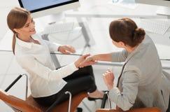 взгляд сверху бизнес-леди трясет руки при офицер сидя около настольного компьютера Стоковые Фото