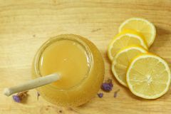 Взгляд сверху бочонка меда и лимона, популярной медицины для холодов Стоковая Фотография