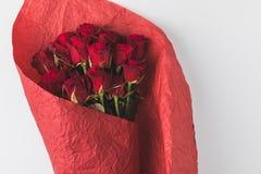 Взгляд сверху букета роз в красной упаковочной бумаге Стоковая Фотография RF
