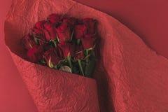 Взгляд сверху букета роз в упаковочной бумаге Стоковые Фото