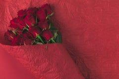 Взгляд сверху букета роз в упаковочной бумаге Стоковое Фото