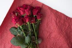 Взгляд сверху букета роз на красной упаковочной бумаге Стоковое Изображение RF