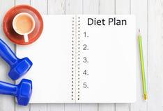 Взгляд сверху бумаги плана диеты, карандаша, чашки кофе и голубого dumbbe Стоковые Фотографии RF