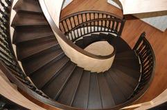 Взгляд сверху винтовой лестницы Правильный диаметр стоковые фотографии rf