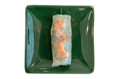 взгляд сверху въетнамских свежих блинчиков с начинкой включая салат и кипеть креветку служило в зеленой плите на ресторане Стоковые Фотографии RF