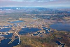 Взгляд сверху газопровода в бесконечных болотах в тундре Стоковая Фотография RF