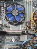 Взгляд сверху голубого вентилятора и видеокарты C.P.U. на материнской плате стоковые изображения rf