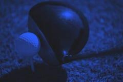 Взгляд сверху гольф-клуба и шарика в траве Стоковые Фотографии RF