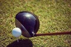 Взгляд сверху гольф-клуба и шарика в траве Стоковая Фотография