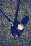 Взгляд сверху гольф-клуба и шарика в траве Стоковые Изображения