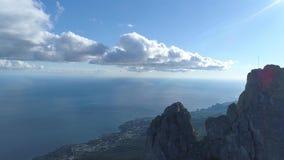 Взгляд сверху горизонта прибрежного города и голубого неба с морем съемка Взгляд от верхней части горы к прибрежному городу с ярк акции видеоматериалы