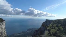 Взгляд сверху горизонта прибрежного города и голубого неба с морем съемка Взгляд от верхней части горы к прибрежному городу с ярк сток-видео