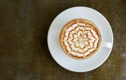 Взгляд сверху горячего взгляд сверху искусства latte капучино кофе на конкретной таблице Стоковое Изображение