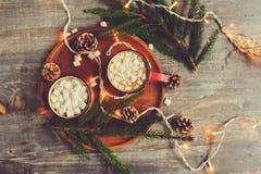 Взгляд сверху горячего какао с зефирами на деревенском деревянном столе с светами рождества Стоковые Фото