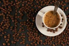 Взгляд сверху горячих кофе или капучино в белой чашке Стоковое Изображение