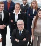 взгляд сверху группа в составе усмехаясь бизнесмены смотря камеру Стоковая Фотография
