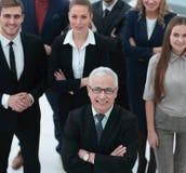 взгляд сверху группа в составе усмехаясь бизнесмены смотря камеру Стоковые Изображения