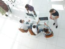 Взгляд сверху группы в составе бизнесмены Стоковое Изображение