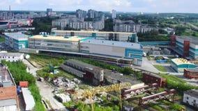 Взгляд сверху дальше комплексов города и фабрики footage Панорама промышленного производства в городе во время дня промышленно акции видеоматериалы