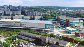 Взгляд сверху дальше комплексов города и фабрики footage Панорама промышленного производства в городе во время дня промышленно видеоматериал