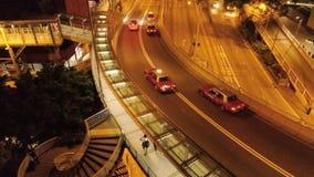 Взгляд сверху движения на мосте в Гонконге шток Соединение эстакады и шоссе с кораблем освещает формировать видеоматериал