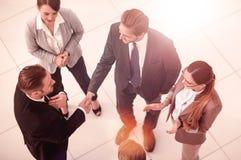Взгляд сверху Деловые партнеры рукопожатия перед деловой встречей стоковое изображение