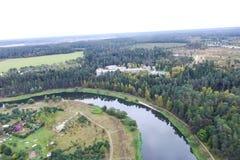 Взгляд сверху деревни, полей и лесов около деревни стоковое фото