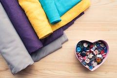 взгляд сверху деревянного стола с кренами ткани и сердца сформировало коробку стоковое изображение rf