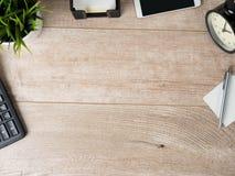 Взгляд сверху деревянной таблицы деятельности стоковые изображения