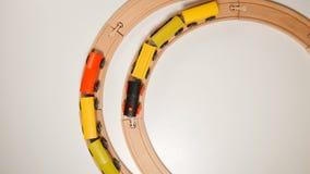 ВЗГЛЯД СВЕРХУ: Деревянные поезда игрушки двигают на круглые деревянные железные дороги Стоковое Изображение