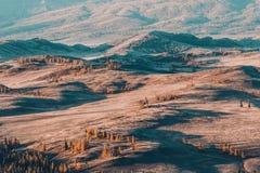 Взгляд сверху долины горы с холмами стоковые изображения