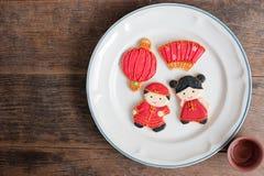 Взгляд сверху домодельного пряника как китайские куклы мальчика и девушки i Стоковое Изображение RF