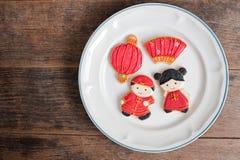 Взгляд сверху домодельного пряника как китайские куклы мальчика и девушки i Стоковая Фотография RF